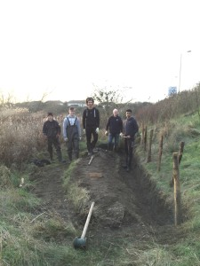 Crayford Academy pupils and Thames21 volunteers by the trench.